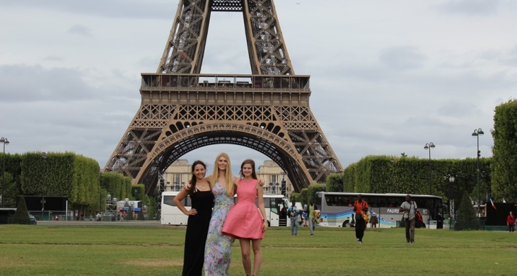 Three women in front of the Eiffel Tour in Paris