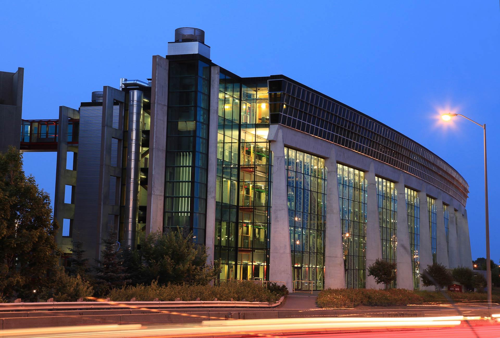 L'édifice de l'École de science informatique et de génie électrique (SIGE) au 800, avenue King Edward est vitré en totalité ou presque et possède cinq volumineux étages.